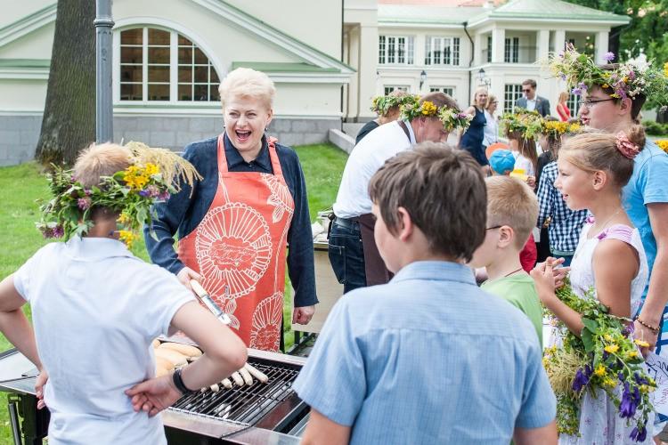 Eilinė prezidentės fotosesija su svetimais vaikais