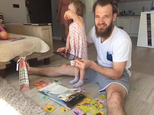 Krepšininkas A. Kavaliauskas vaikams skaito neįprastas knygas