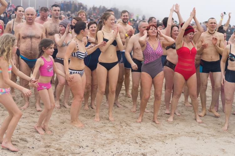 Į Baltijos bangas paniro šimtai žmonių
