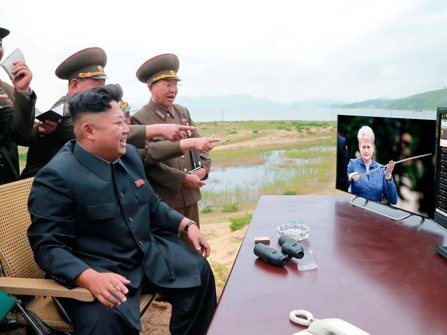 Kim Jong Un'as negalėjo nepaklausti:  – IR ŠITIE ŽMOGELIUKAI MANE LAIKO DIKTATORIUMI?!…