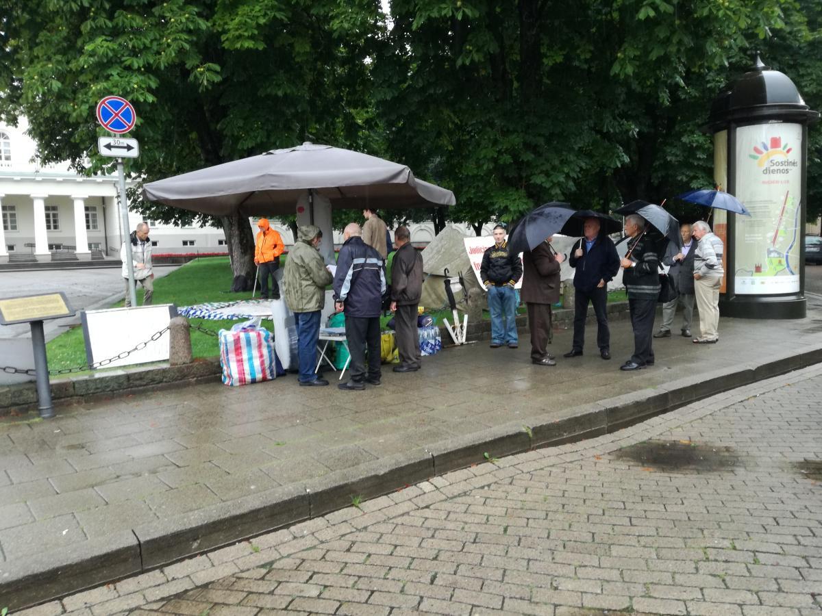 """Prie prezidentūros badauja jau aštuoni žmonės, D.Grybauskaitei ir """"visuomeninei"""" LRT į tai nusispjauti (pildoma)"""