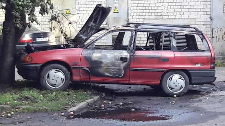 Prieš teismo posėdį sudegintas Apeliacinio teismo teisėjo Viktoro Kažio kreditoriaus R.Balevičiaus automobilis