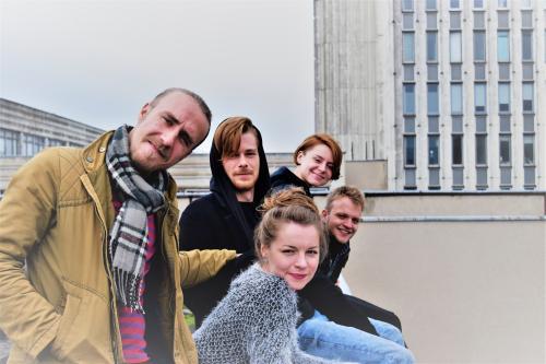 Jaunieji Keistuolių teatro aktoriai naujame spektaklyje žada pristatyti dar nematytą teatro veidą