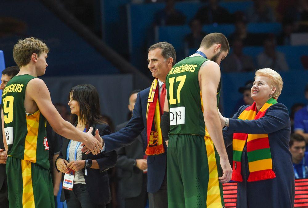 Prokuratūra – D.Grybauskaitė ir L.Linkevičius gali už mūsų pinigus skraidyti žiūrėti krepšinio į užsienį