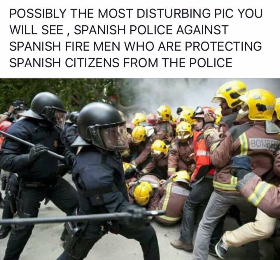 Katalonai gaisrininkai bando gelbėti žmones nuo Ispanijos policijos