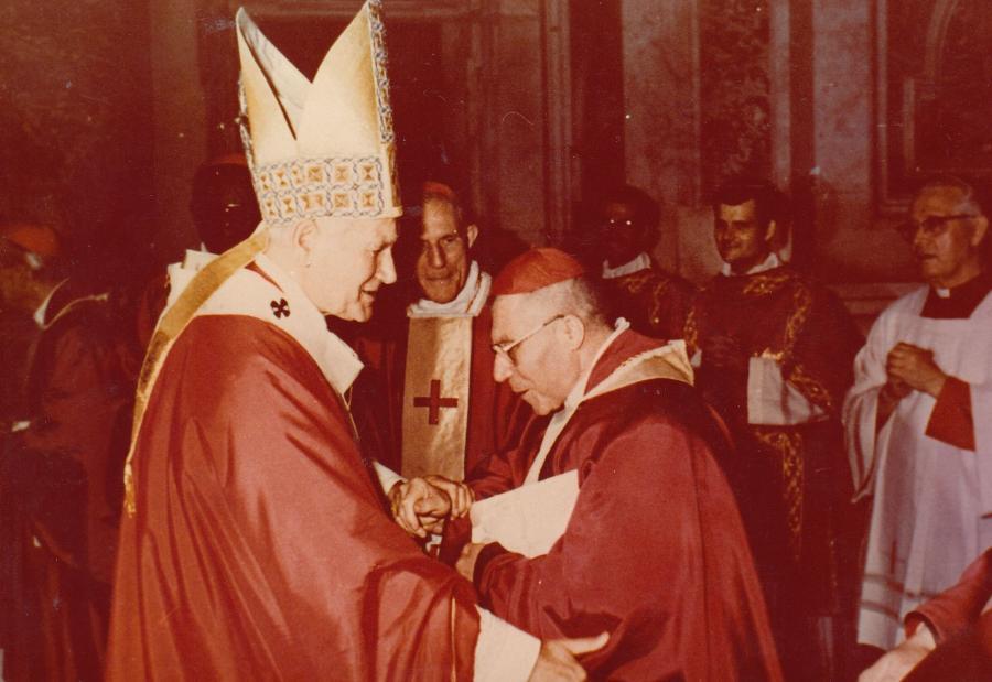 Neįkirto kardinolui gyvam, kerta mirusiam,