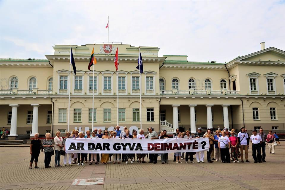 Vėl 17-oji, jau 74 -asis mėnuo. S.Daukanto aikštėje – pilietinė akcija Tie-SOS!