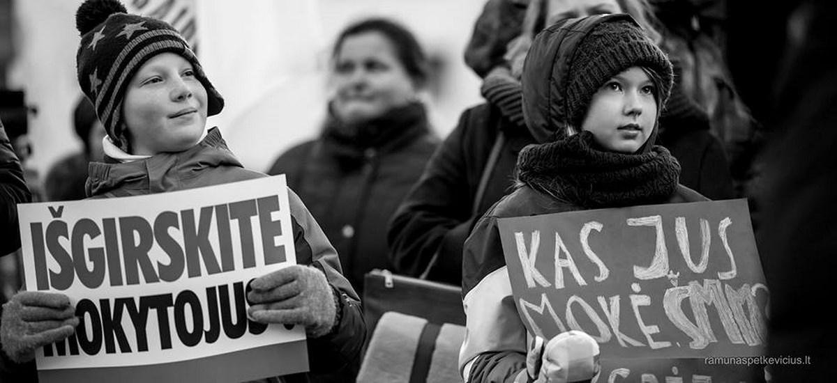 Mokytojai nepasiduoda – streikuoja toliau, prisijungę jau 120 mokyklų