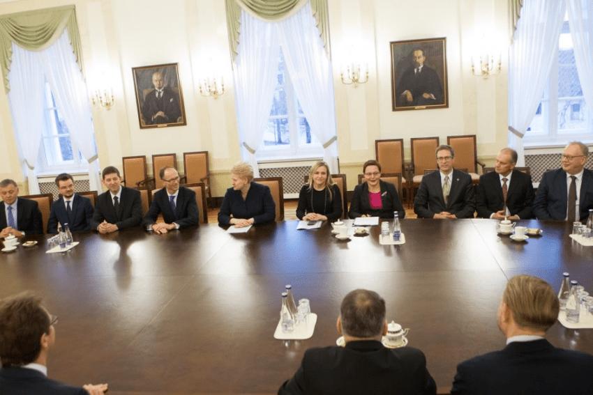Teisėjų taryba suka galvas, kaip patarti prezidentui neatleisti kyšininkų kolegų