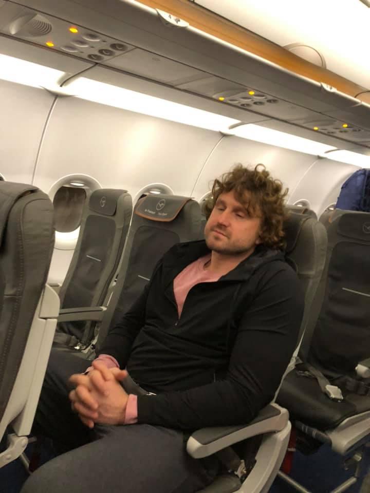 Patarimas Maldeikienei : nefotkink miegančio diedo lėktuve ir nekelk į feisbukus, nes tai draudžia ADA įstatymas. ? Nebent būtum tuos įstatymus leidžiantis politikas ir tada jie tau nebegalioja, žinoma.