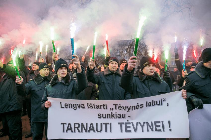 Dėl papildomo finansavimo kovojantys statutiniai pareigūnai: Lietuvą valdo ne profesionalų, o pažadukų vyriausybė