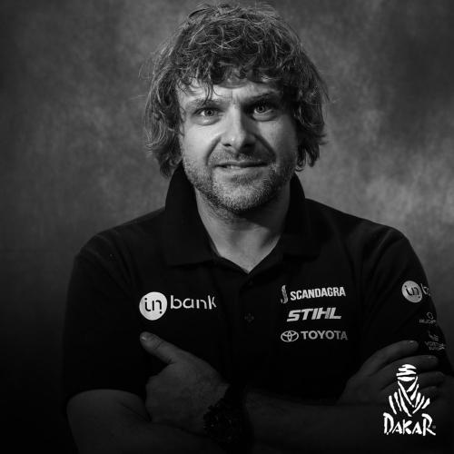 Niekam nežinomas lenktynininkas iš niekam nežinomos šalies jau aštuntą kartą bando laimėti Dakaro ralio varžybas ir užima jose garbingą 65 vietą