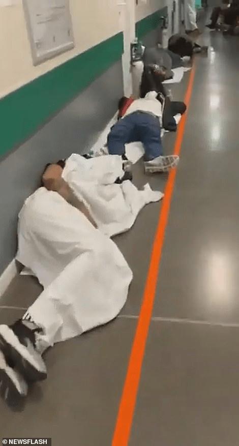 Vaizdai iš Madrido igoninės – žmonės guli ant grindų
