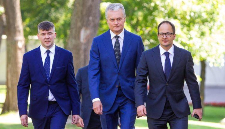 Dokumentus klastoję G.Nausėdos patarėjai A.Zabarauskas ir V.Petrylaitė išmesti iš prezidentūros