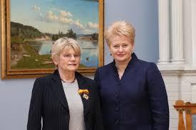 Seimas atsistojęs plojo išlydėdamas į pensiją Grybauskaitės parankinę Barauskaitę, apšmeižusią kardinolą V.Sladkevičių, Donatą Banionį ir Saulių Sondeckį