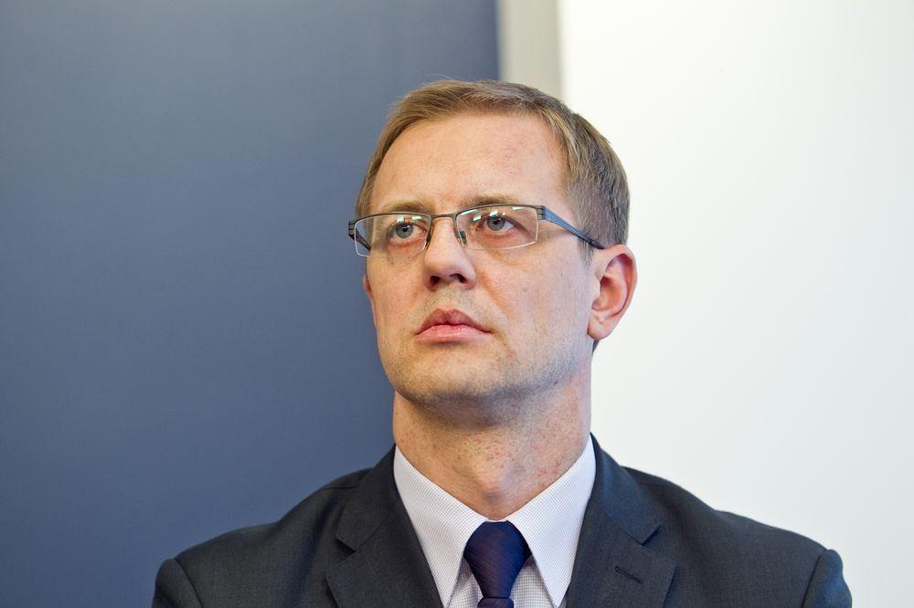 Su kuo bendradarbiauja Lietuvos antstolių rūmų prezidiumo narys drg. (tovar išči)  A. Selezniovas?