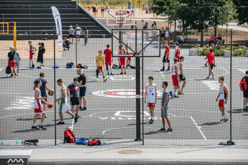 Aktyviam vasaros laisvalaikiui: vilniečius sportuoti kviečia atnaujintas Baltojo tilto aikštynas