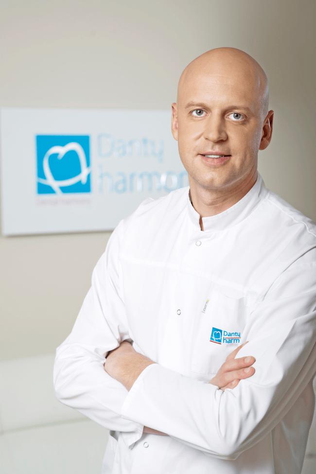 10 mitų apie dantų implantavimą: gydytojas atskleidžia, kokios baimės yra nepagrįstos