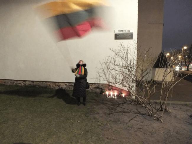 Teismas visiškai išteisino Lietuvos vėliava mojavusią mokytoją A.G.Astrauskaitę, o visus policijos veiksmus jos atžvilgiu pripažino neteisėtais