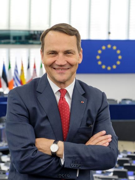 """Lenkijos URM ministras R.Sikorskis apie G.Nausėdos vyr. patarėją J.Neverovičių : """"Tai banditai"""" (lenk. """"złodzieje"""")"""