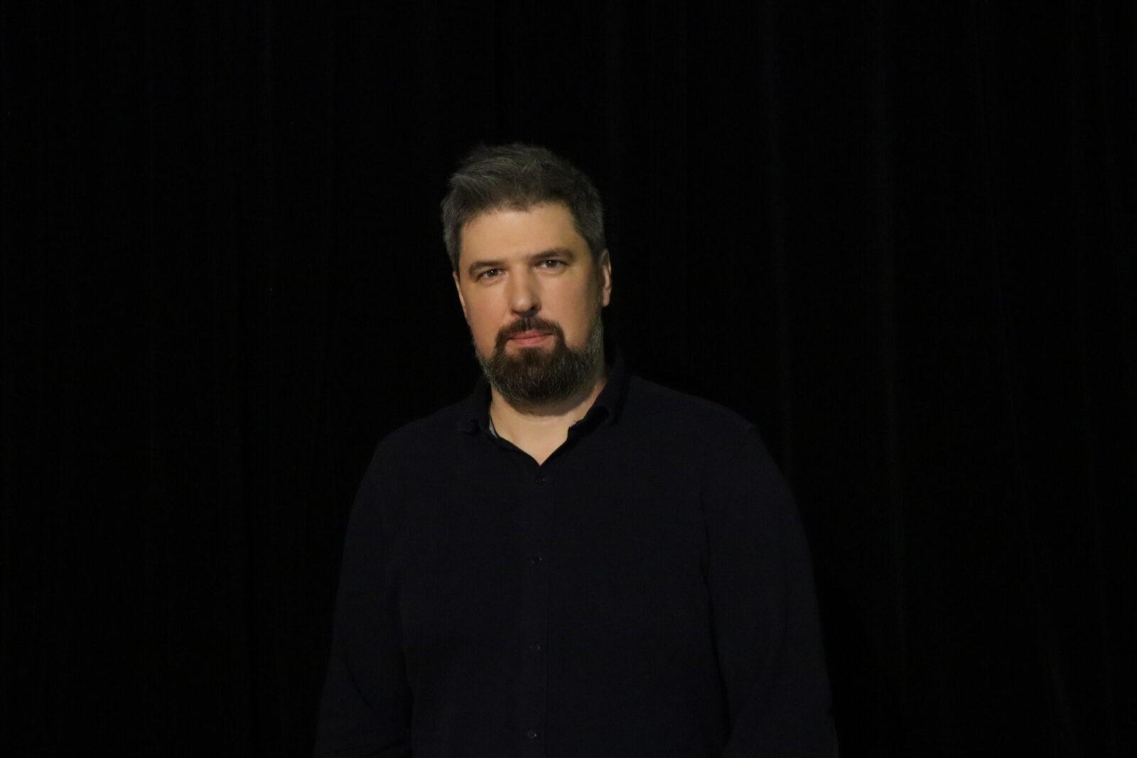 """Naujasis Vilniaus mažojo teatro vadovas Simonas Keblas: apie teatro viziją ir kelionę link """"laimės žiburio"""""""