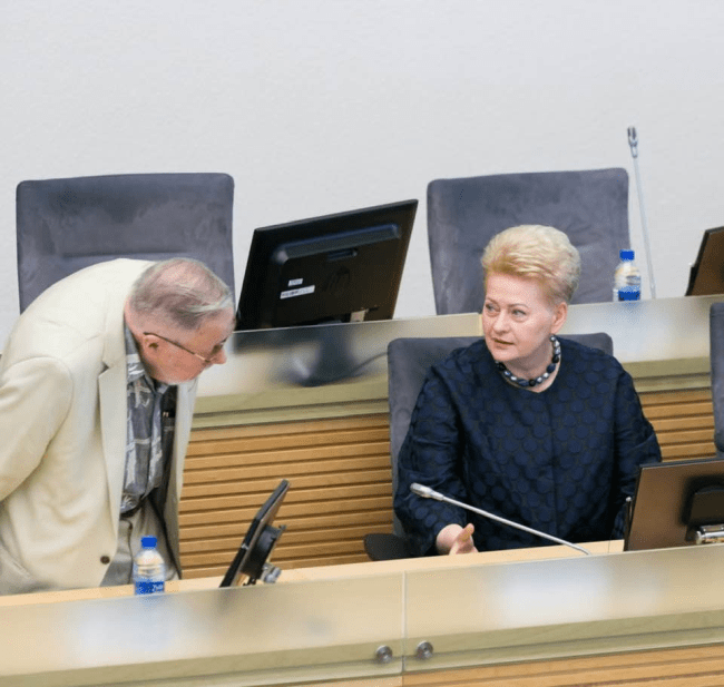 Keliamos elektros ir dujų kainos, kad V.Landsbergio rankinuko nešiotojo sūnui D.Tučkui būtų galima dovanoti valstybės turto